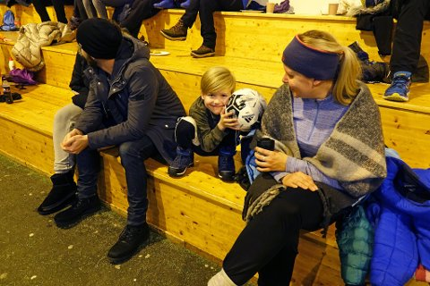 HEIER PÅ SØSTER: Brage (6) heier på søsteren i Hammerfesthallen, sammen med mamma Anniken Mansika.Han spiller nemlig ikke fotball, men håndball!