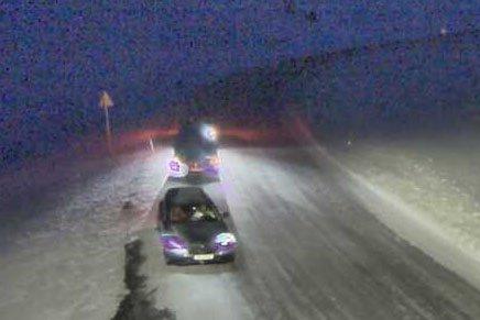 KOLONNE: Like før klokken 17 var fylkesvei 888 på Hopseidet midlertidig stengt.