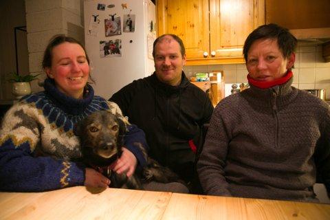 HUNDEKJØRERE: Mailinn Jerijervi, Tormod Grønaas og Reidun Kolpus, sammen med Lummi.