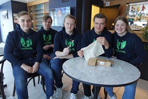 TENKER MILJØ: Grønnere Fremtid UB fra Kirkenes. Sigve Winnberg Heitmann (i midten) holder opp en tannbørste som er en av de mer miljøvennlige produktene. Ellers ser du, i tilfeldig rekkefølge:  Trym Dæhlin, Edvind Mikalsen, Even Lunde og Helle Mikalsen.