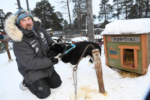 LEDERHUND: Her er Harald Tunheim sammen med lederhunden Kon-Tiki.