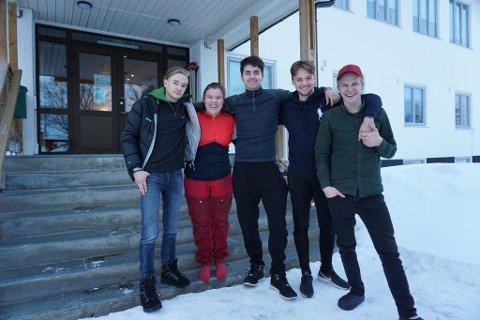 TRIVES PÅ SKOLEN: Jonas Brodin Rist (fra venstre), Pernille Wahlstrøm, Adrian Myrvang, Geir Hovard Andresen og Brynjar Skartland roser skolehverdagen og livet ved Tana videregående skole.