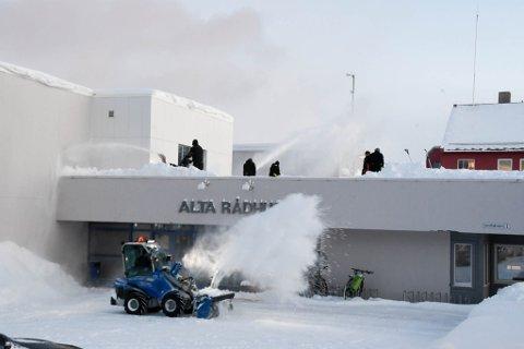 I ARBEID: Denne gjengen var i full sving med snømåking på Alta rådhus onsdag.
