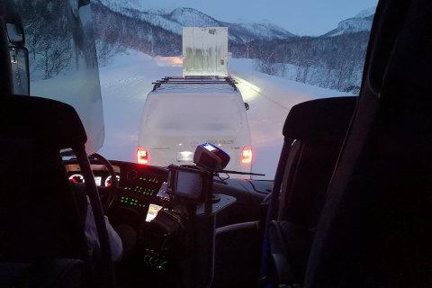 MÅ SNU: Her sto bussen i kø ved Leirbotnvann like før klokken åtte.