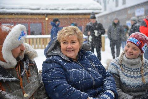 STARTER DEN LENGSTE KLASSEN: Statsministeren besøket løpet også i 2018, og deltok da på seiersseremonien. Den gangen rakk hun også en hyggelig prat med blant andre Mina Karlstrøm og Harald Tunheim.