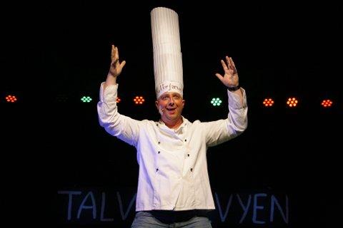 En kokk de fleste kjenner til: Bård Tomter fikk synge flere ganger i løpet av revyen. Her i et eget solonummer.