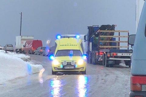 SLAPP GJENNOM: En ambulanse med blålysene på fikk slippe forbi bommen ved Hønsa på tur mot Olderfjord. De andre bilene må pent stå i påvente av at veien åpnes igjen.