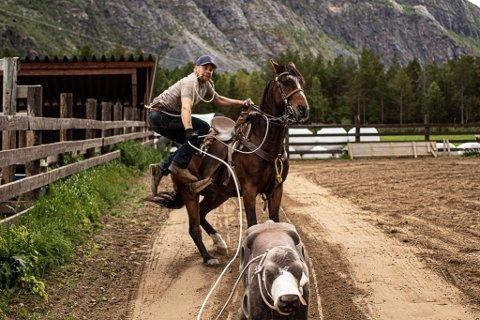LASSO: Å kaste lasso er en stor hobby for Levi Blomkvist Veidemo (23). Han forteller at de driver mye med western, og at han er glad for å kunne arbeide med det som også er hans store hobby som er hest.