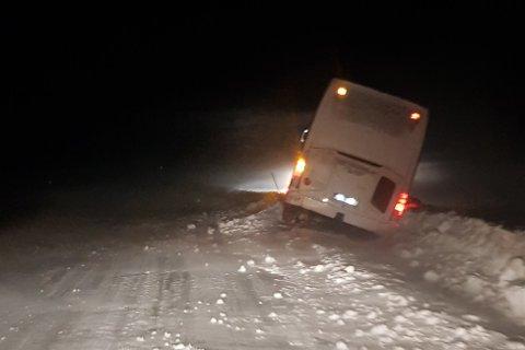 Natt til fredag kjørte en utenlandsk buss av veien ved Lahpojavri.