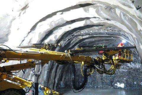 STOPPES: Søndag innførte Porsanger kommune nye restriksjoner for tilreisende. Dette gjør at Skanska stenger ned arbeidet med den nye Skarvbergtunellen.
