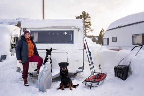 KOMMET FOR Å BLI: I 13 år har Therese hatt veldig lange dradlocks, men nå som hun skal bli  værende i Finnmark, klippet hun dem av. Her står campingvognen på Kvenvikmoen i Alta, der hun trives svært godt sammen med hundene Tellus og Vilje.