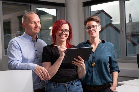 SMITTEFRITT: For å holde handlen i gang, utviklet Hammerfest Næringsforening sammen med Designu (bildet) den smittefri nettportalen handlelokalt.com. Fra venstre Jan Tore Kvalnes, Marte Samuelsen og Katharina Messy.