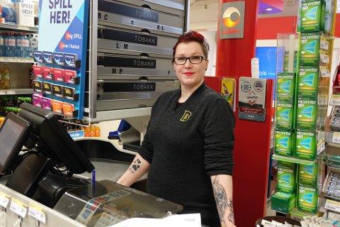 ELSKER JOBBEN: Veronica Nygård har jobbet på Bunnpris i Hammerfest i snart ni år. - Jeg elsker jobben, folkene, kollegaene og plassen!