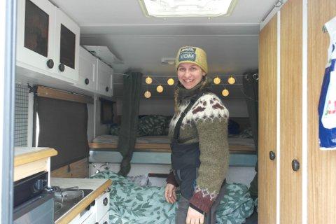 HJEMMEKOSELIG: Det er overaskene god plass i den gamle campingbilen, som Nina og søsteren har pyntet koselig.