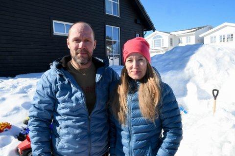 HJEMMEVÆRENDE: Steve Simonsen er permittert og har vært hjemme med de tre barna, mens Iris Helén Svaleng har vært i arbeid på basen på ungdomsskolen.