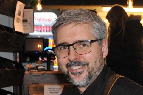 EN BØNN TIL KUNDENE: Det var sent lørdag 18. april, at UNO Café gikk ut med en bønn på Facebook til sine kunder. Kenneth Svendsen på Uno Cafe har holdt hodet over vannet siden korona-epidemien gjorde at han måtte stenge restauranten på Alta Amfi.