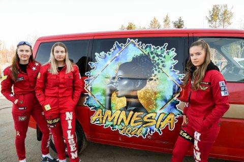VIL UT Å RULLE: Monika Tande (fra venstre) Mari Nilsen og Nathalie Hansen vil ut å rulle med russebilen sin, men først må den EU-godkjennes og få skilt.