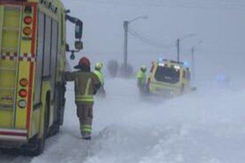 HARDT VÆR: Ambulansen har kjørt seg fast og kan ikke ta med seg pasientene.