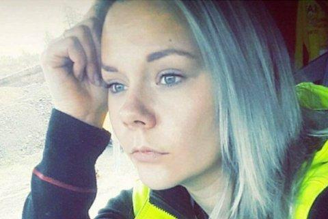 OPPGITT: Linn Beate Johnsen Andersen er oppgitt over alt søplet folk kaster fra seg ut bilruten langs veien.