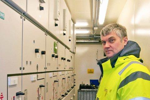 BRUDD I SAMBANDET: Driftsjef hos Hammerfest Energi, Øyvind Hansen, sier det var brudd i sambandet til Sandøybotn trafostasjon som var skyld i strømbruddet som mørkla hele Sørøya i morgentimene lørdag. Foto: Privat