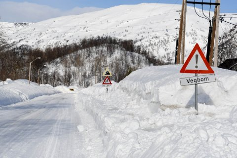 ÅPNER IGJEN: Fylkesvei 882 mellom Øksfjordbotn og Øksfjord har vært stengt i nesten ett døgn på grunn av fire skred som har gått på strekningen.