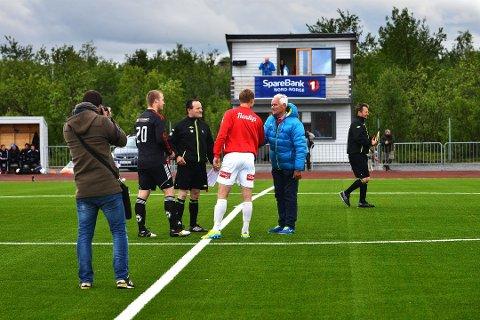 HJERTELIG TILSTEDE: Milliardær Trond Mohn var med på åpningskampen mellom Porsanger IL og Tromsø Il i 2013.