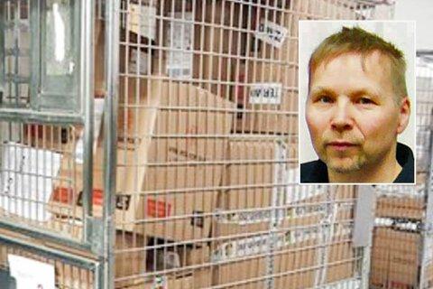 HAR VENTET PÅ POSTEN I NESTEN EI UKE: Pakkene fyltes raskt opp lageret til Coop Prix i Havøysund, ifølge Robert Andre Larsen (innfelt).
