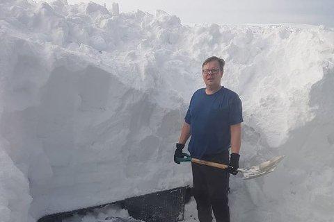 PÅSKE I BOBLEBADET: Oddmund Kolpus og samboeren kan, som alle i Vardø, ikke dra ut av kommunen i påska. Men med boblebadet gravet fram og montert, blir det en fin påske i Vardø.