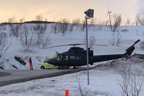 HELIKOPTER: Ambulansen og et helikopter på ulykkesstedet  mandag kveld. Jenta ble frakta til UNN etter en tur innom Båtsfjord helsesenter. UNN bekrefter tirsdag at jenta er lettere skadd.