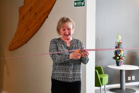 Avdelingsleder og fungerende enhetsleder Ragnhild Hanne Nilsen klipper snora på den nye avdelingen.