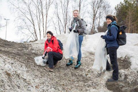 INNSATS FOR MILJØET: Studentene stilte villig opp for å rydde i området rundt UiT i Alta.