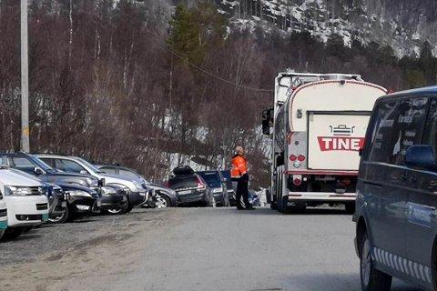 KOM SEG GJENNOM: Det var lørdag parkeringskaos i Mathisdalen i Alta da melkebilen ikke kom seg forbi. Parkeringsetaten i Alta rykket ut, og fikk ved hjelp av mannekraft ordnet opp i forholdene.