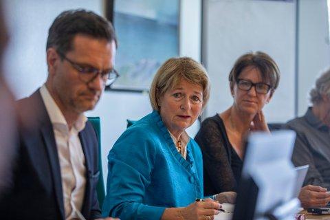 Rektor Anne Husebekk med universitetsdirektør Jørgen Fossland i forgrunnen.