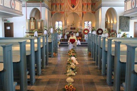 MANGE SISTE HILSNER: Kirken var full av kranser og bårebuketter med siste hilsner til Stig-Johnny Sommer. Bildet er tatt i forkant av begravelsen i samråd med de pårørende.