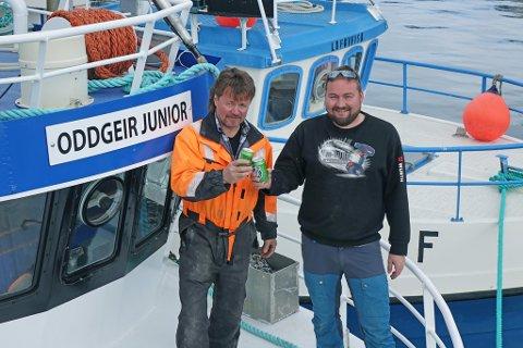 FEIRER; Neida, det var ikke full fest og den slags på kaia, men Jan- Erling Norheim og John Are Olsen (t.h.) poserer gjerne med en øl i hånda, da det skal feires senere.