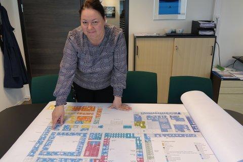 1. ETASJE: Kommunalsjef for helse og omsorg, Stina Løkke, viser den kommunale delen av 1. etasje på det planlagte nye sykehuset. Her kommer blant annet legevakt inn.