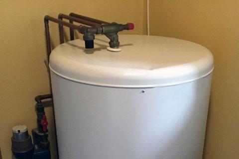 TIKKENDE BOMBE: Varmtvannsberedere kan med årene føre til kostbare vannlekkasjer.