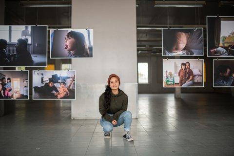 Prosjektet til Kjersti Hegna startet da hun selv ble mor og så seg selv i sønnen sin. Nå forteller hun om hva hun har lært, og hvordan det var å ha sin første utstilling under koronapandemien.