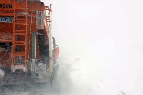 MYE STENGT: Dette bildet er fra en heftig uværsdag i vinter da brøytebilen kjørte seg fast. Illustrasjon.