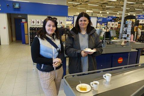 PÅ NYÅPNINGEN: Katarina Enoksen og mamma Ann-Kristin Enoksen fikk seg kake på handleturen.