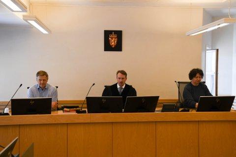 DOMMERNE: Disse tre var med å dømte Alta-mannen i april: Rettens administrator Alexander Wagstaff, og meddommerne Oddvar Konst (til venstre) og Siri Kristiansen.