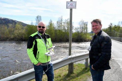 DOKUMENTERER: Roy Knutsen (til venstre) og Bengt Fjellheim i Alta kommune dokumenterer vannstand og -føring med drone. Her ved Tangen bru og Eibyelva.