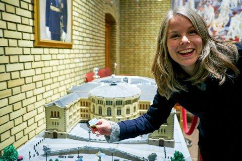NESTLEDER: Kirsti Bergstø er nestleder i SV. Her i Vandrehallen foran en miniatyr av stortingsbygningen.
