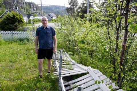 RAMLET: Leif Birger Mäkinen i Rafsbotn mener at dette gjerdet måtte gi tapt for snømengden etter brøyting og fresing av snø på tomta og gjerdet i vinter.