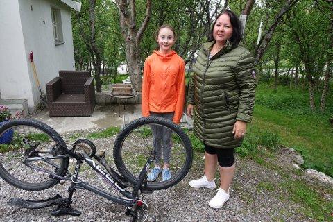 SKULLE PÅ BESØK: - Jeg skulle på besøk til en venninne, og løftet sykkelen fra stativet, så var hjulet løst, sier Amanda, som ropte på mamma Stina.