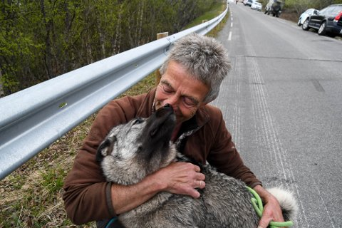 GLEDELIG GJENSYN: Rolf Bjørnar Isaksen kunne puste lettet ut da hunden Raya ble reddet etter raset i Alta i juni.