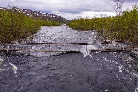 Hengebru nærmer seg oversvømt i Porsanger. Bildet er tatt søndag.