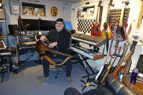 I REBBES RIKE: Hjemme har Lars Rune Rebbestad studio i underetasjen. Som du kan se er han over gjennomsnittet interessert i gitarer.