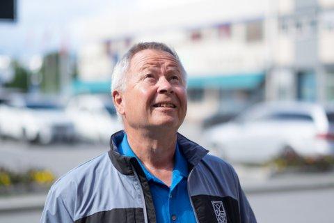 SER ETTER LYSET: Leder Kåre Simensen i Alta Ap håper at Finnmark Ap skal tenne lyset han mener de trenger i valgkampen.