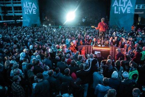 FESTIVALSOMMER:. Arrangørene informerer om at festivalsommeren blir reddet av koronapass og hurtigtester. Bildet er fra Sondre Justads opptreden under Alta Live i 2019.